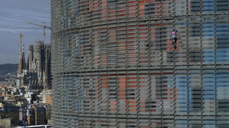 """Le """"Spiderman"""" français escalade une tour à Barcelone contre la peur du coronavirus 1spide10"""