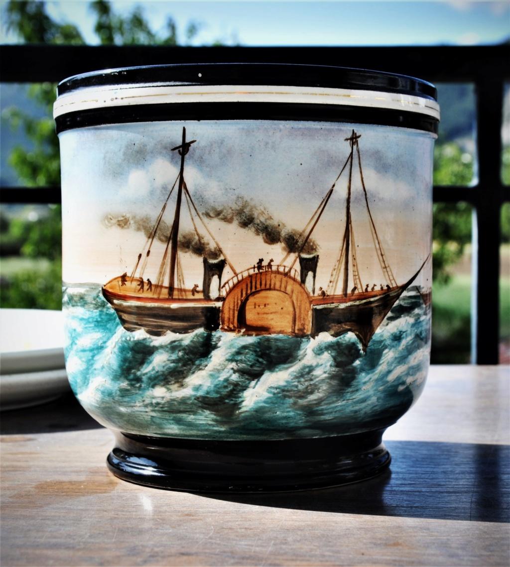 un cache pot avec un bateau a aubes = Paddle steam Dsc_0021