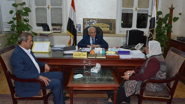 رضا حجازى  يستقبل مديرة مدرسة اللواء الرسمية للغات بعد الاعتداء عليها 16011