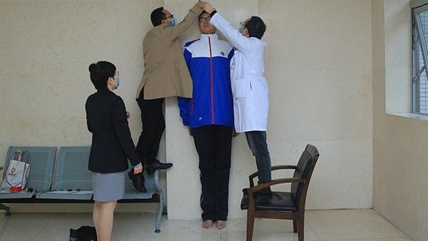 العثور على أطول تلميذ في العالم أكثر من مترين 19510