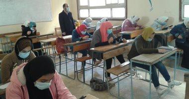 طلاب أولى ثانوى يؤدون الإمتحان التجريبى التدريبى  فى الفيزياء والفلسفة اليوم 20201229