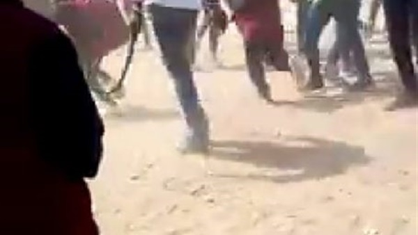 """فيديو """" بلطجى """" يدخل مدارس امبابة و يتسبب فى ذعر الطلاب بكرباج 24611"""
