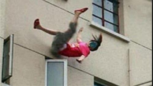 خد بالك من بناتك - مصرع فتاة سقطت من  الطابق الثامن وهى تنظف النوافذ استعدادًا للعيد 25810