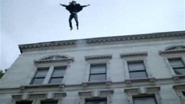 طالبة تلقي بنفسها من أعلى سطح المنزل   3210