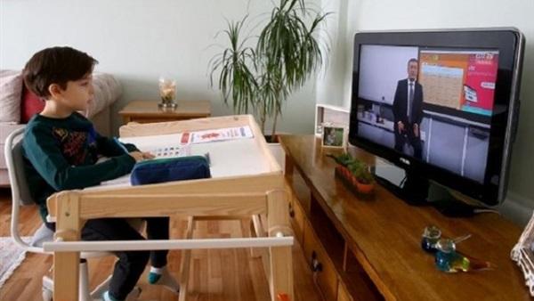 """صحيفة ديلي ميل البريطانية: التعليم عن بعد يدمر نفسة الطلاب ويؤدي الى """"ظاهرة الأطفال الزومبي"""" 4681210"""