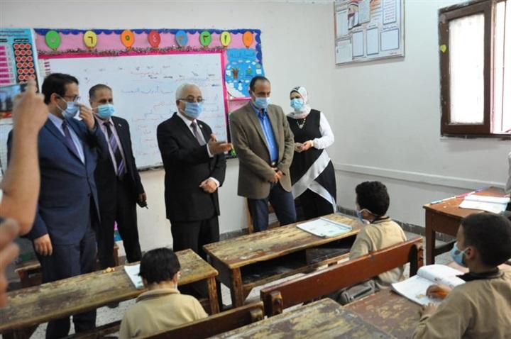رضا حجازى يفاجئ  معلم سمنود المعتدى عليه. من الأهالى بزيارة . صور 52811