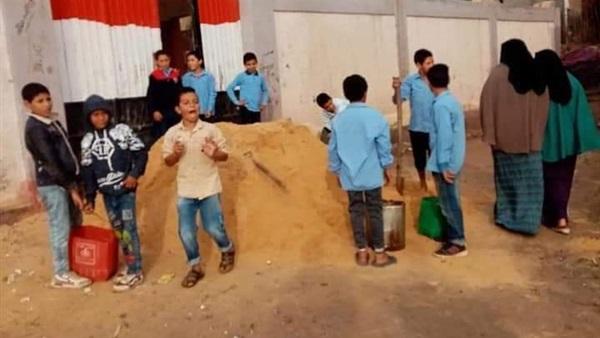 """التعليم عن صور حمل تلاميذ كفر الشيخ الرمل """"كان ضمن مشاركة مجتمعية"""" 572_110"""