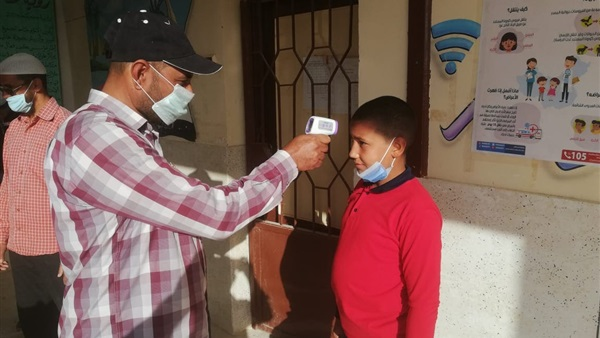 انتظام التزام المدارس بتطبيق الإجراءات الاحترازية وقياس درجة حرارة دكتور / حجازى 63412
