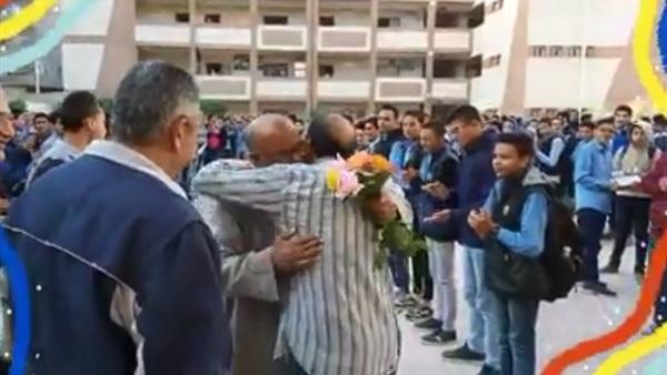 معلمو مدرسة ثانوية  يودعون عامل خدمات  بالدموع والورود لوصوله سن المعاش فى حفل تكريم مهيب 64410