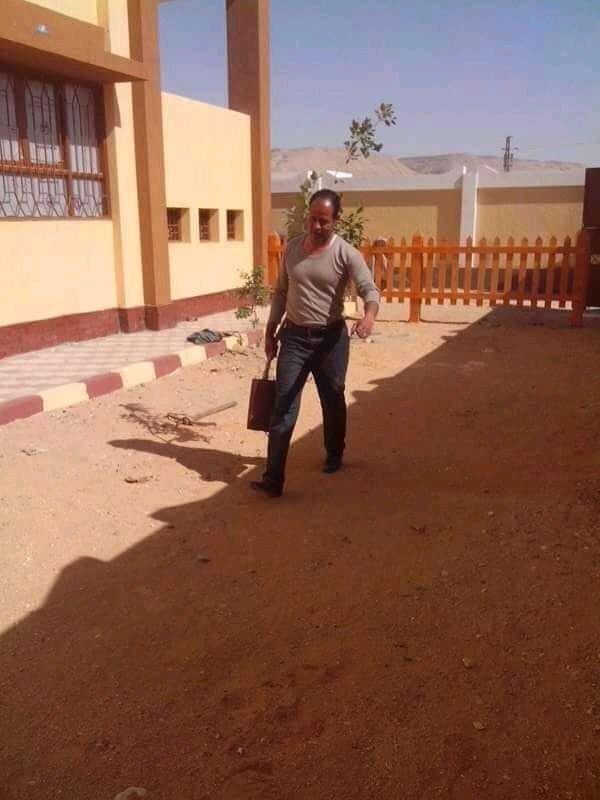 """مدير مدرسة بأسيوط """"ينظف الحمامات"""" استعدادا للعام الدراسىالأستاذ  الجعفرى: ليست أول مرة 69520610"""