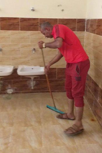 """مدير مدرسة بأسيوط """"ينظف الحمامات"""" استعدادا للعام الدراسىالأستاذ  الجعفرى: ليست أول مرة 69854310"""