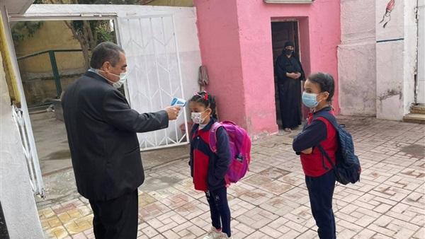 مديرعام  إدارة الساحل يقيس درجة حرارة التلاميذ أثناء دخولهم للمدرسة 83411