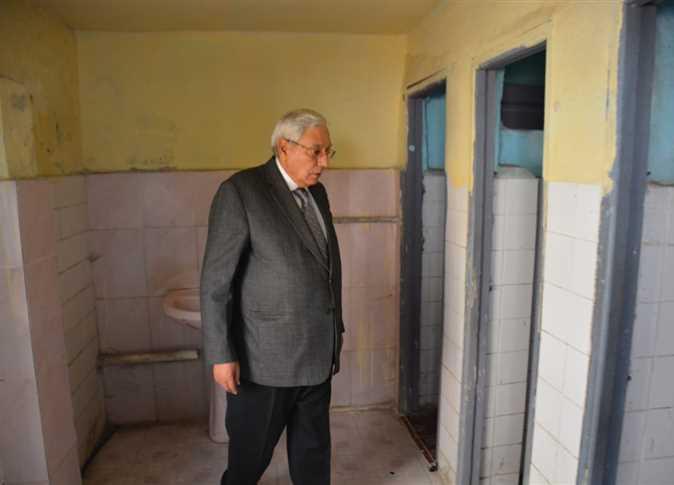 محافظ الدقهلية  يحيل مدير مدرسة شئون قانونية بسبب حمامات الطلاب 97101410
