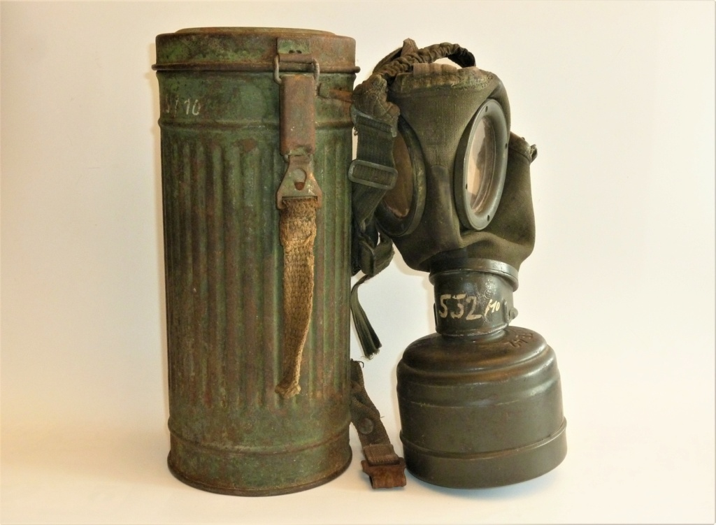 Un masque à gaz Allemand peint vert olive 0145