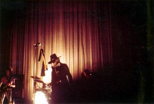 JOHNNY en SLIP sur scène ! 001php10