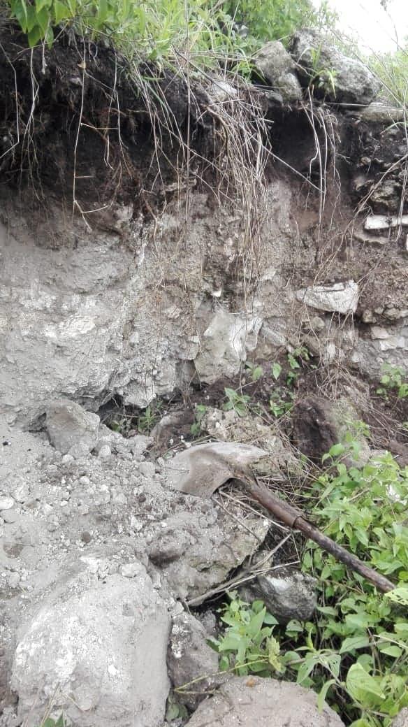 Encontré excavación en un cerro  Ap512