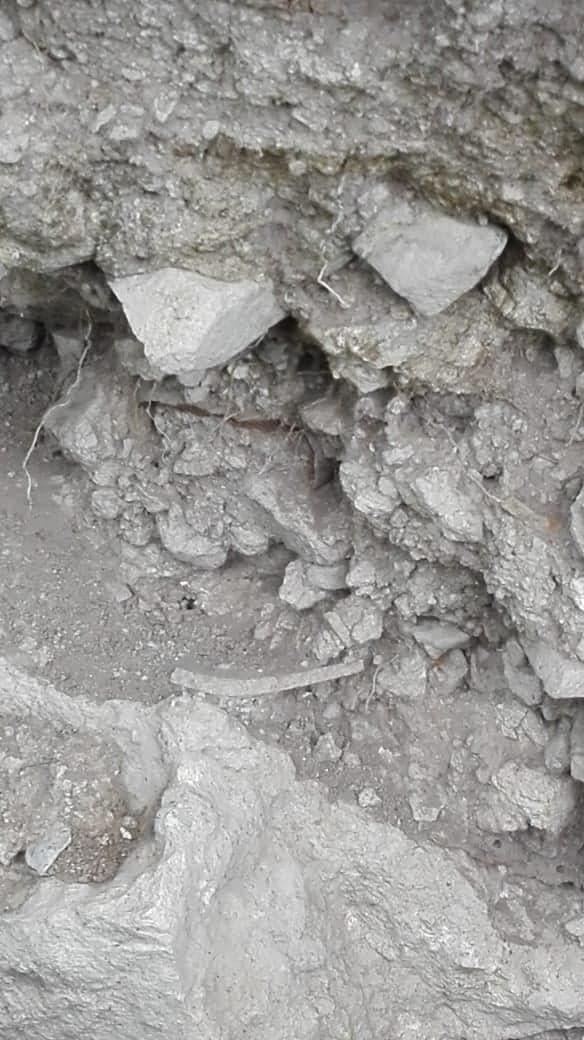Encontré excavación en un cerro  Ap612