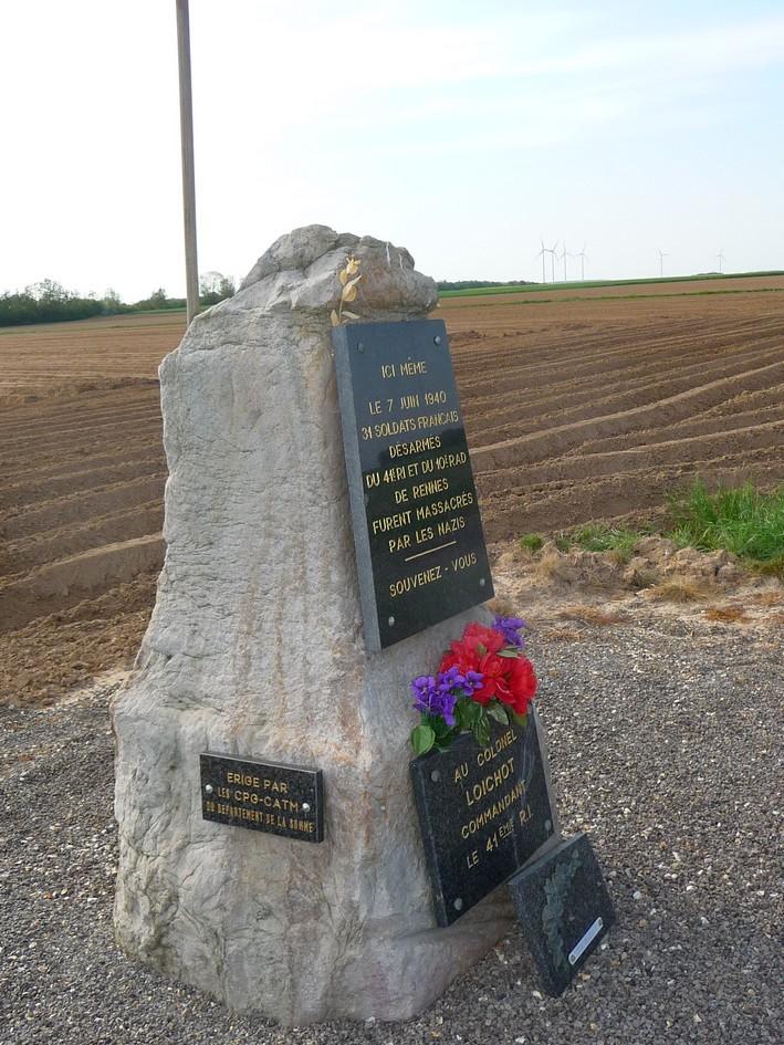 la stèle en limite de LE QUESNEL : le massacre de BEAUFORT P1190710