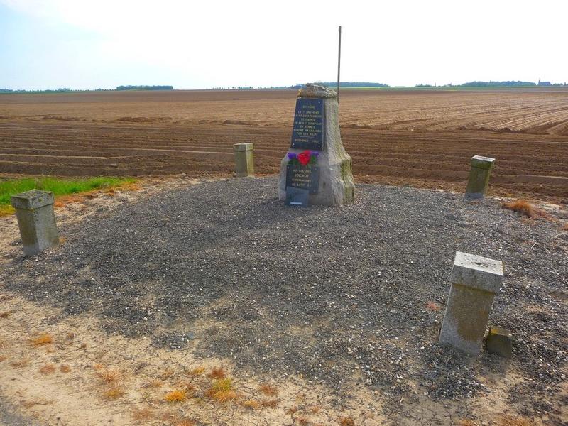 la stèle en limite de LE QUESNEL : le massacre de BEAUFORT P1190711