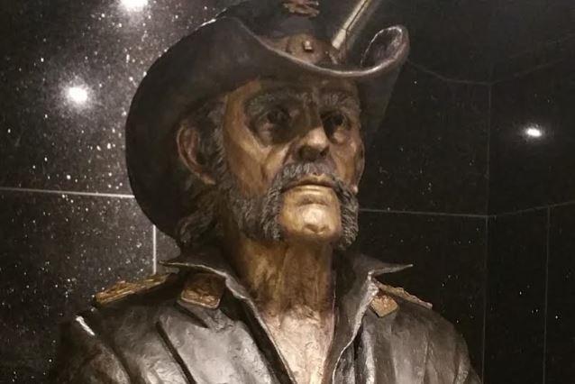 La statue hommage de LEMMY dévoilée ... Lemmys10
