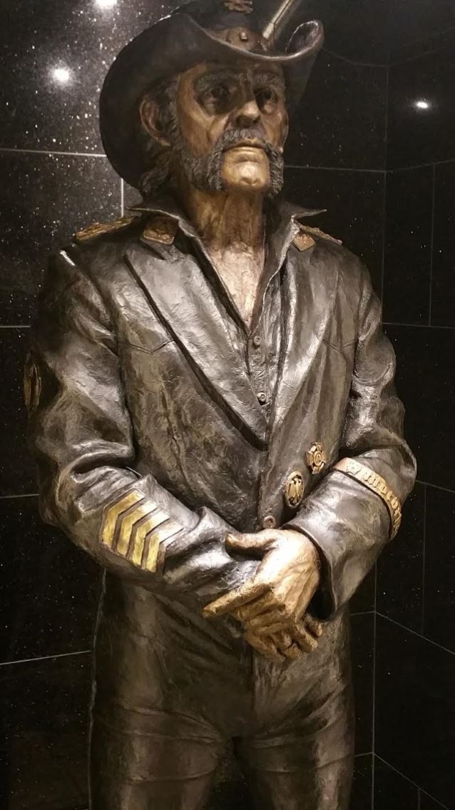 La statue hommage de LEMMY dévoilée ... Lemmys11
