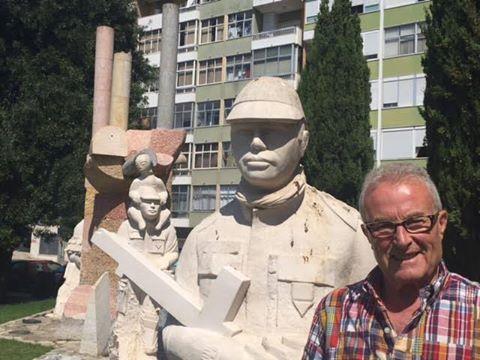 O veterano José Domingos, da CCac1430, junto ao Monumento aos Combatentes do Ultramar em Oeiras 14522710