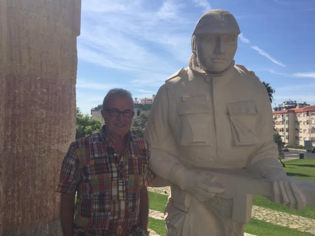 O veterano José Domingos, da CCac1430, junto ao Monumento aos Combatentes do Ultramar em Oeiras Unname10