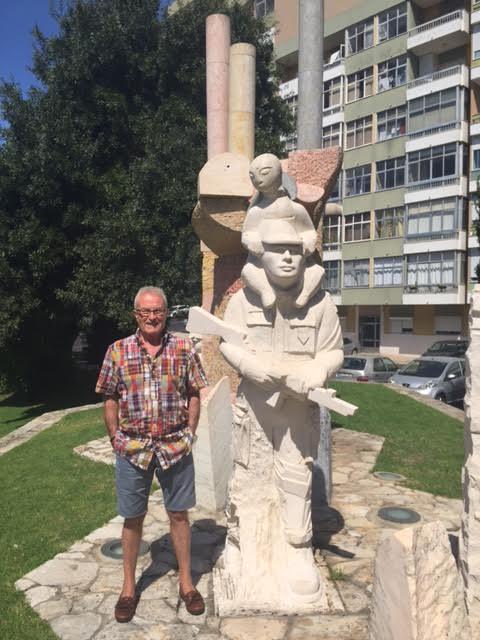 O veterano José Domingos, da CCac1430, junto ao Monumento aos Combatentes do Ultramar em Oeiras Unname11