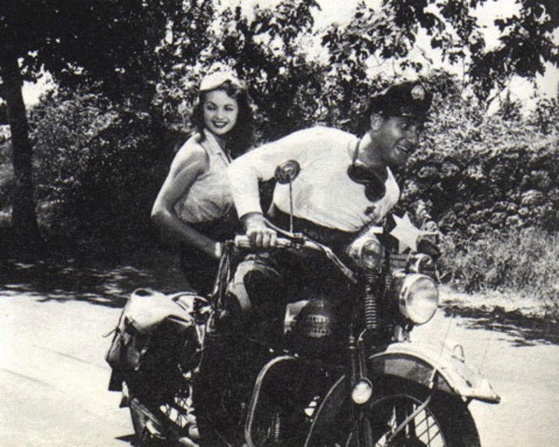 Ils ont posé avec une Harley, principalement les People - Page 6 Americ10