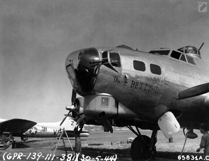 "[HK Models] 1/32e - B-17G ""The Betty-L"" 42-102585 Thebet10"