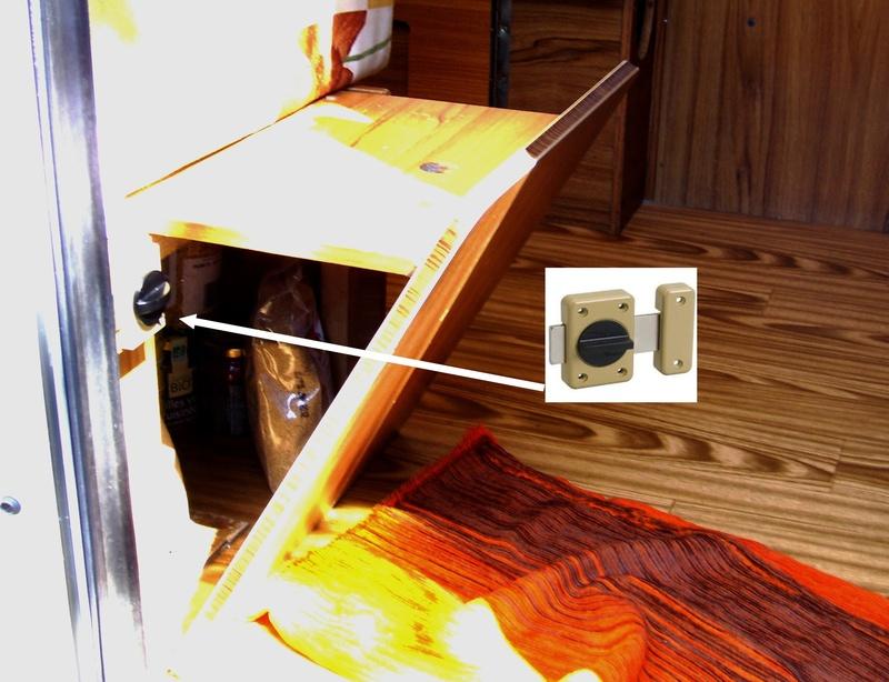 Placard en dessous de la penderie et placard sous le coffre  Verrou11