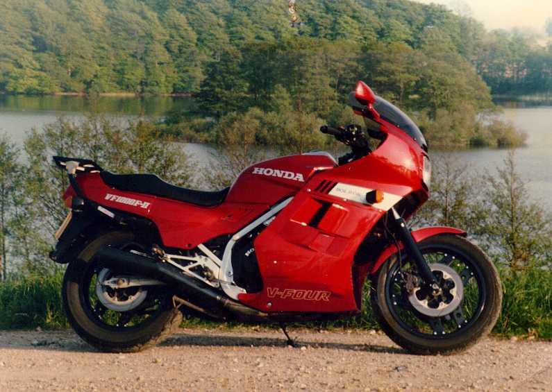 Venez parler de votre moto ! - Page 2 Vf100010