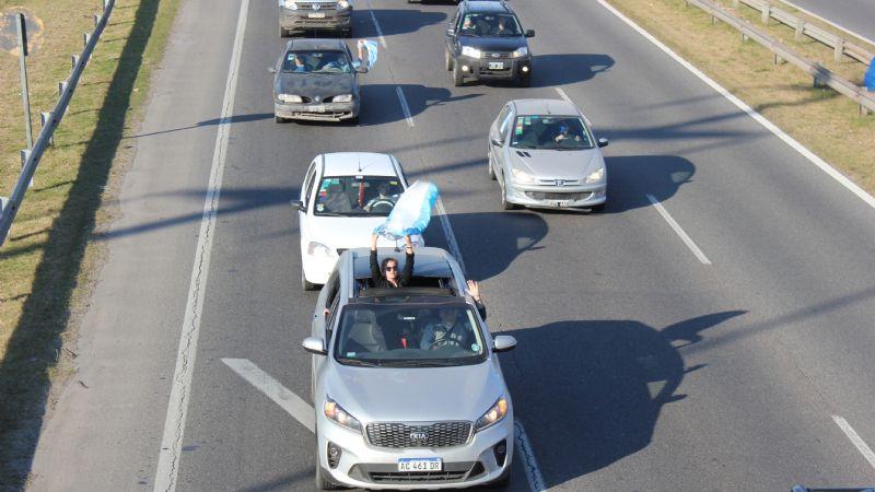 En Pilar, cientos de vehículos participaron en la caravana opositora. 001133