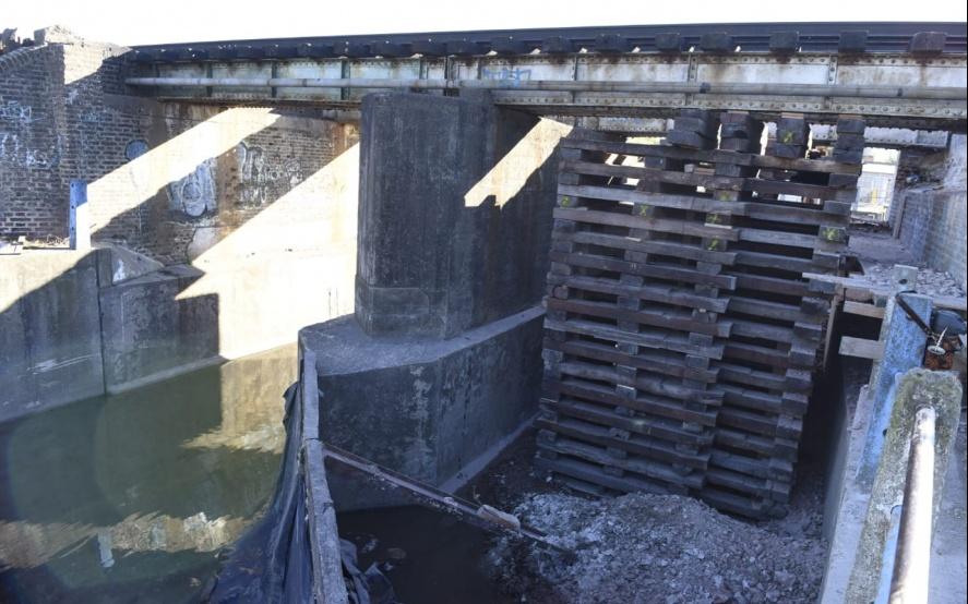 Lo que faltaba... puente sostenido por tarimas de madera. _dsc7311