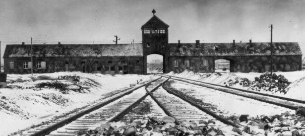 Ces activités méconnues à Auschwitz : orchestre, piscine, cinéma. Auschw11
