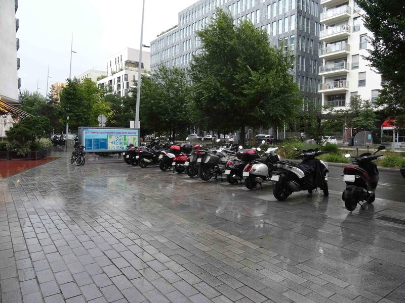 Stationnement des scooters et motos Dsc01728