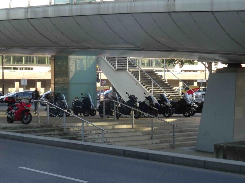 Stationnement des scooters et motos Dsc02031