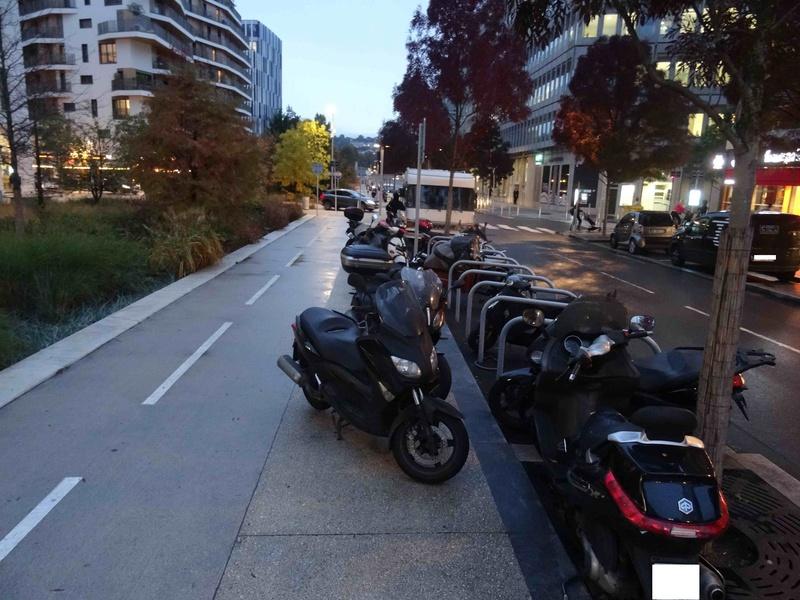 Stationnement des scooters et motos Dsc05618