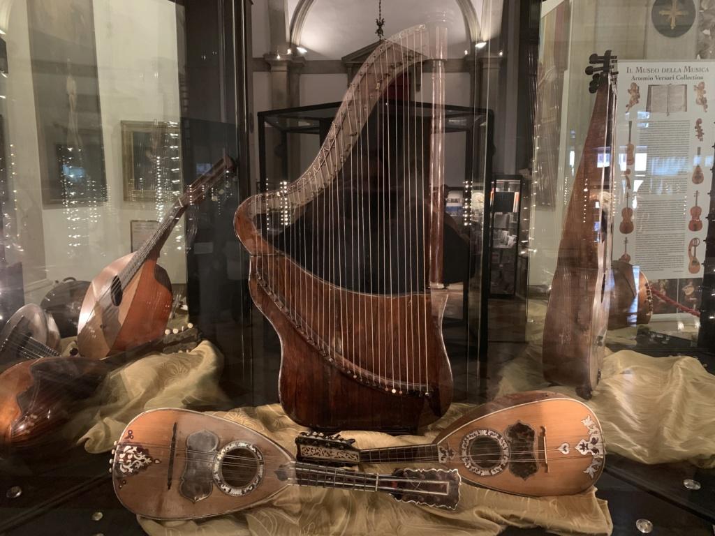 Une guitare-luth (et non pas une mandoline) ayant appartenu à Marie-Antoinette ?  - Page 2 0e29fa10