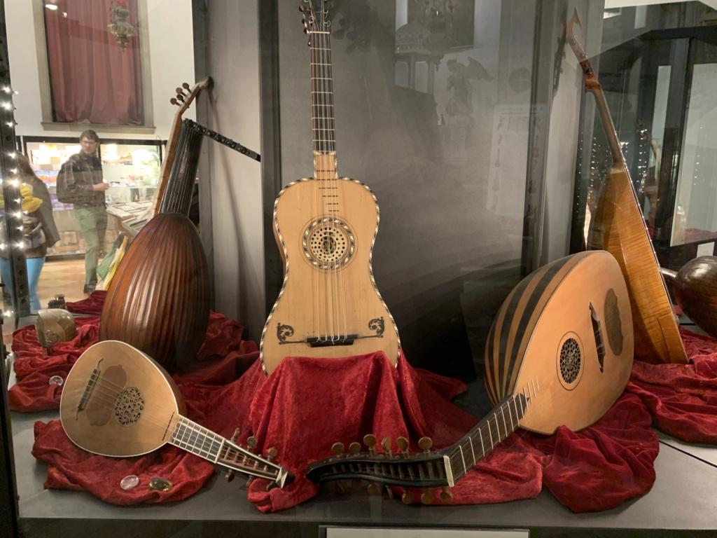 Une guitare-luth (et non pas une mandoline) ayant appartenu à Marie-Antoinette ?  - Page 2 333fe010