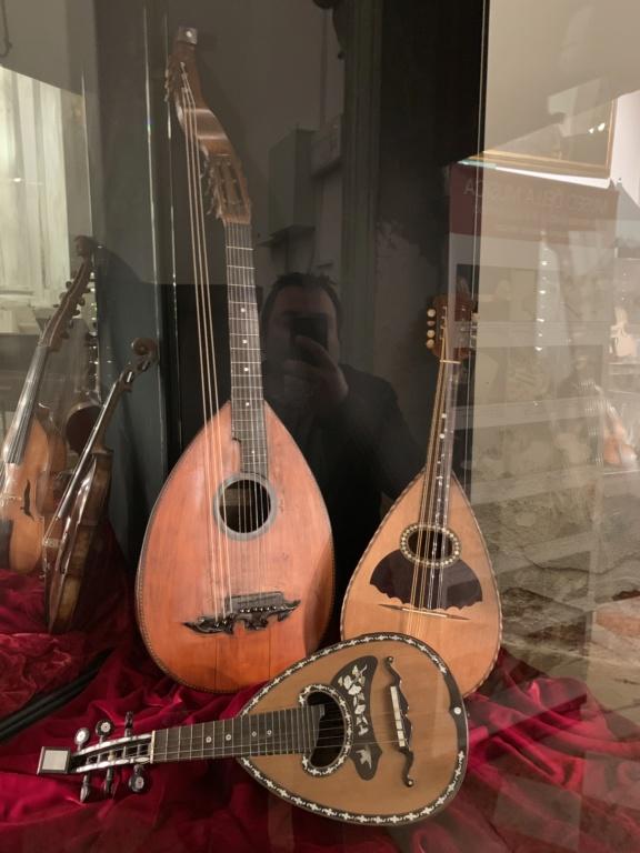 Une guitare-luth (et non pas une mandoline) ayant appartenu à Marie-Antoinette ?  - Page 2 5a9f1e10