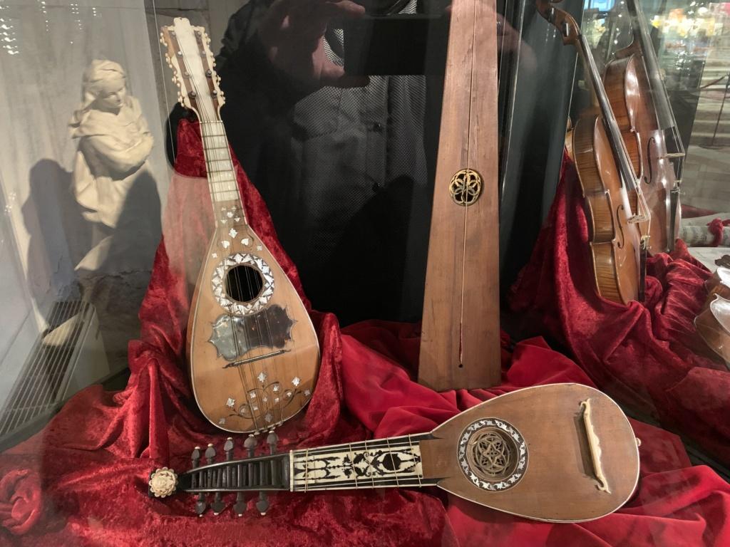 Une guitare-luth (et non pas une mandoline) ayant appartenu à Marie-Antoinette ?  - Page 2 6eebcd10