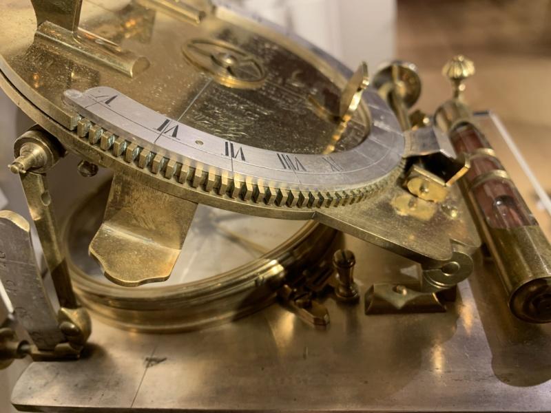 Latitudes et longitudes, les instruments de mesure du temps pour les voyages : chronomètre de marine, cadrans solaires et boussoles du XVIIIe siècle C93e6410
