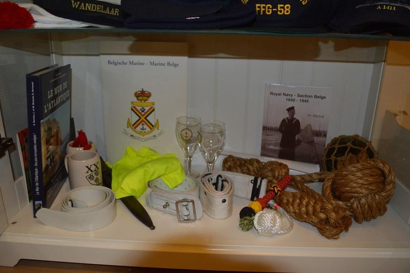 Comment conservez-vous les souvenirs de la Marine et autres? - Page 3 Dsc_0058