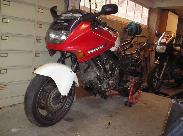 CBR 1000 F SORTIE DE GRANGE Racer concept 14383510