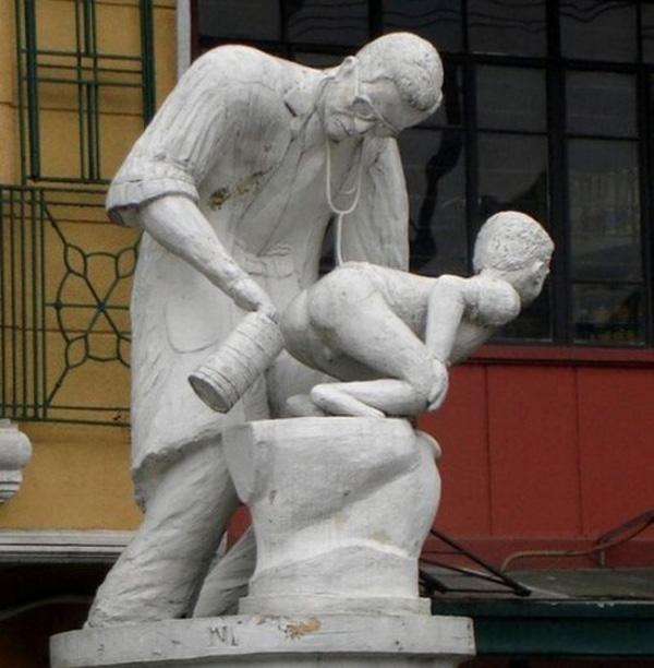 Des statues amusantes ! - Page 3 2210