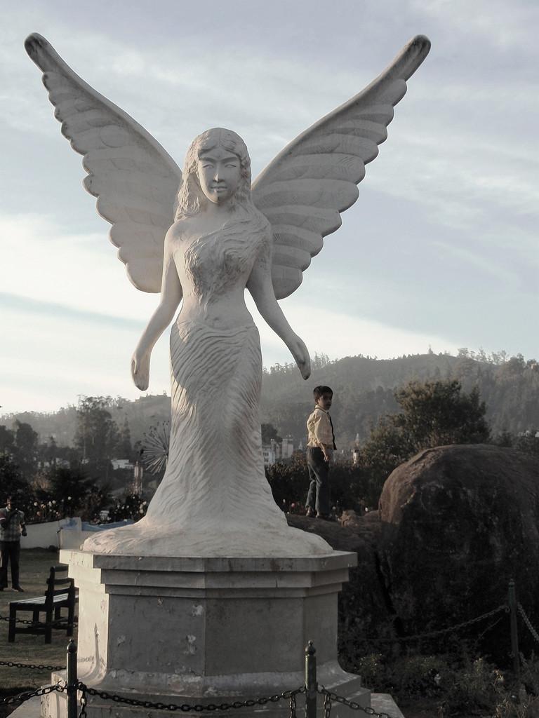 Des statues amusantes ! - Page 3 Angel_10