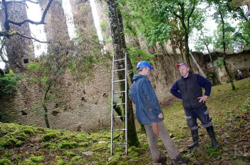 LOURNAND Castrum Lordo lance un appel au don  L'association Castrum Lordo, qui s'est donné pour mission de restaurer et mettre en valeur les vestiges du château de Lourdon, a besoin de fonds pour clore et sécuriser le site. Dans-l10