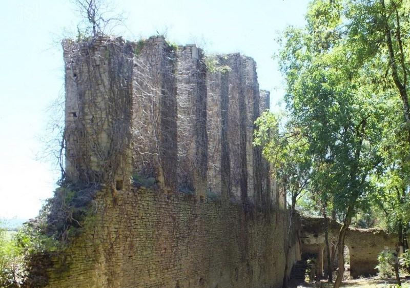 LOURNAND Le Château de Lourdon s'ouvre au public  À l'occasion des Journées du patrimoine, l'association Castrum lordo ouvre le site au public. Ambiance médiévale garantie, avec campement historique, visites guidées et conférences. Deux-b10
