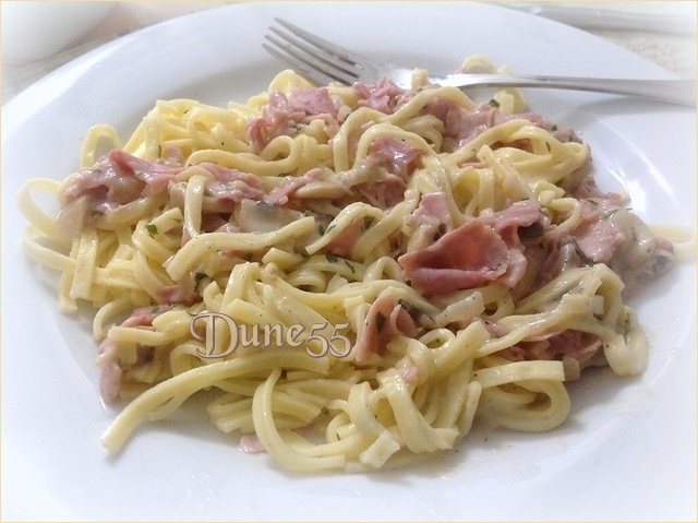 Linguine, sauce crémeuse aux champignons et au jambon 28404110